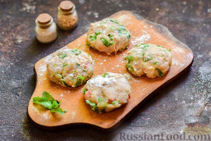 Фото приготовления рецепта: Рыбные биточки с мятой, петрушкой и перцем чили - шаг №8