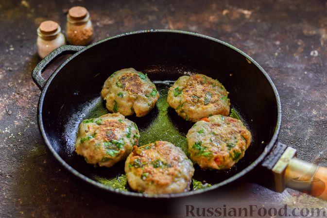 Фото приготовления рецепта: Рыбные биточки с мятой, петрушкой и перцем чили - шаг №9
