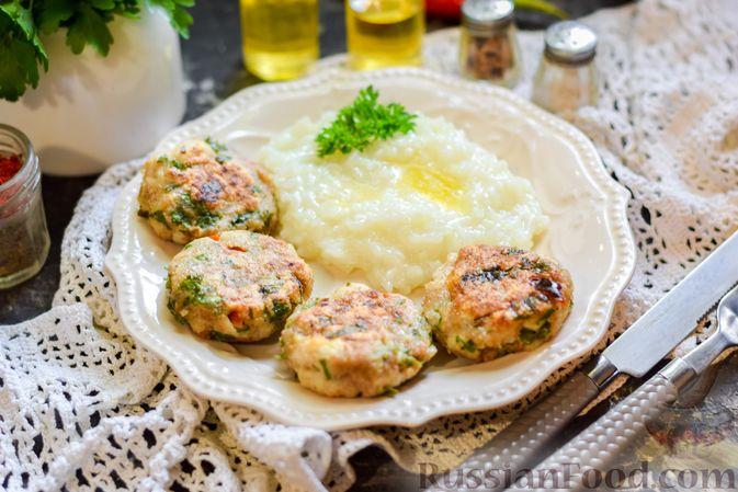 Фото приготовления рецепта: Рыбные биточки с мятой, петрушкой и перцем чили - шаг №10