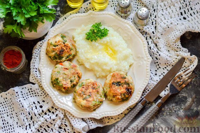 Фото приготовления рецепта: Рыбные биточки с мятой, петрушкой и перцем чили - шаг №11
