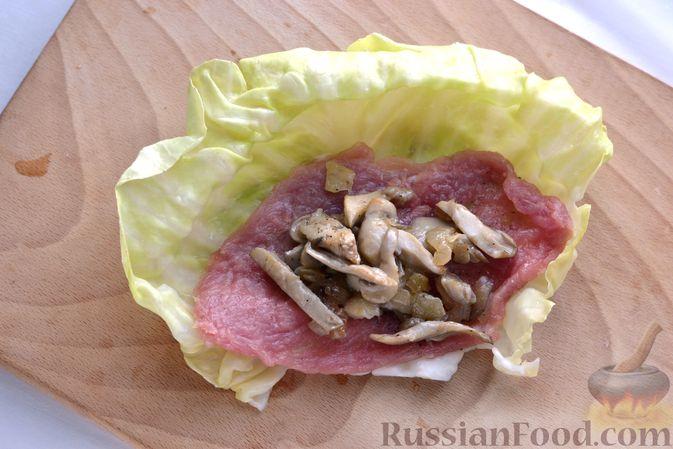 Фото приготовления рецепта: Голубцы со свиниными отбивными и грибами, без риса (в духовке) - шаг №11
