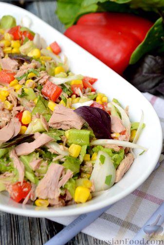 Фото приготовления рецепта: Салат с тунцом, болгарским перцем, огурцом и кукурузой - шаг №10