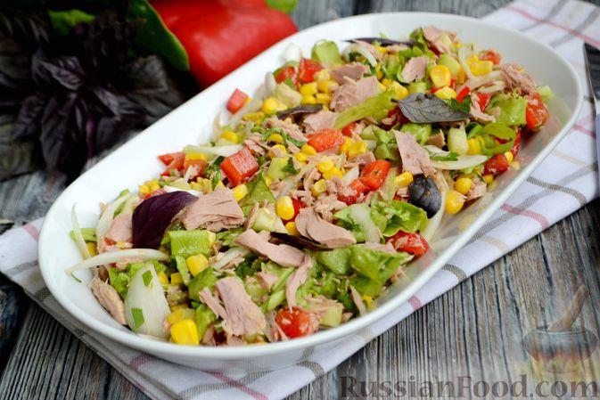 Фото к рецепту: Салат с тунцом, болгарским перцем, огурцом и кукурузой