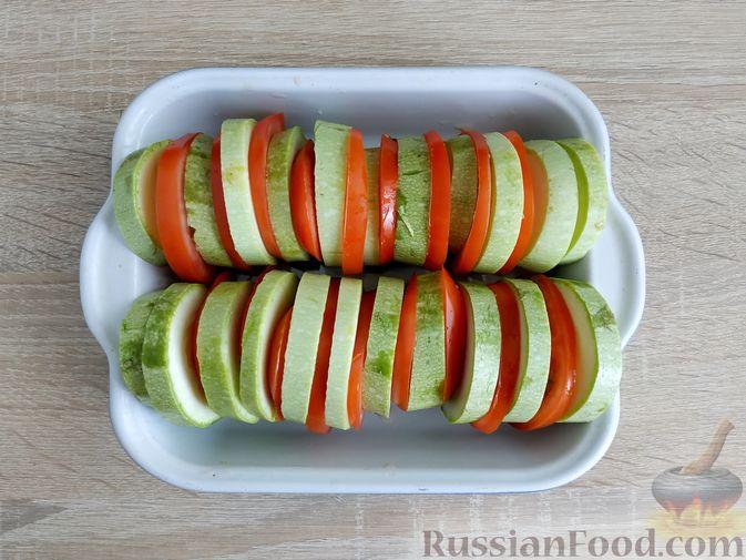 Фото приготовления рецепта: Кабачки, запечённые с помидорами, под сметанным соусом и сыром - шаг №4