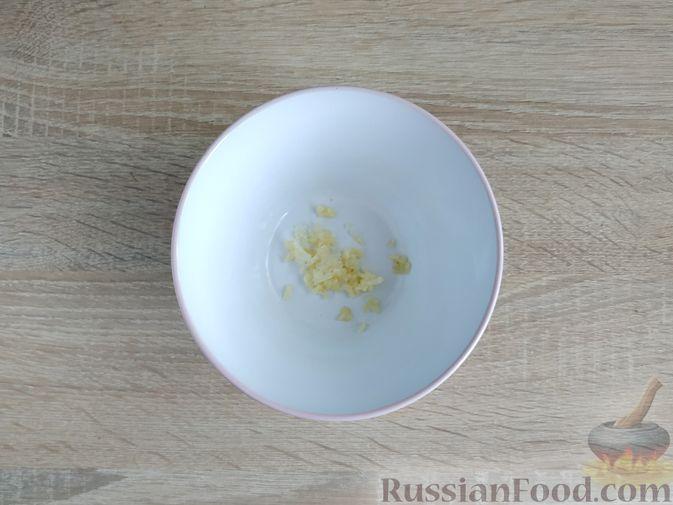 Фото приготовления рецепта: Кабачки, запечённые с помидорами, под сметанным соусом и сыром - шаг №6