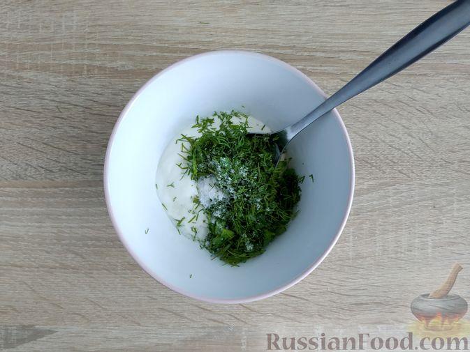 Фото приготовления рецепта: Кабачки, запечённые с помидорами, под сметанным соусом и сыром - шаг №9