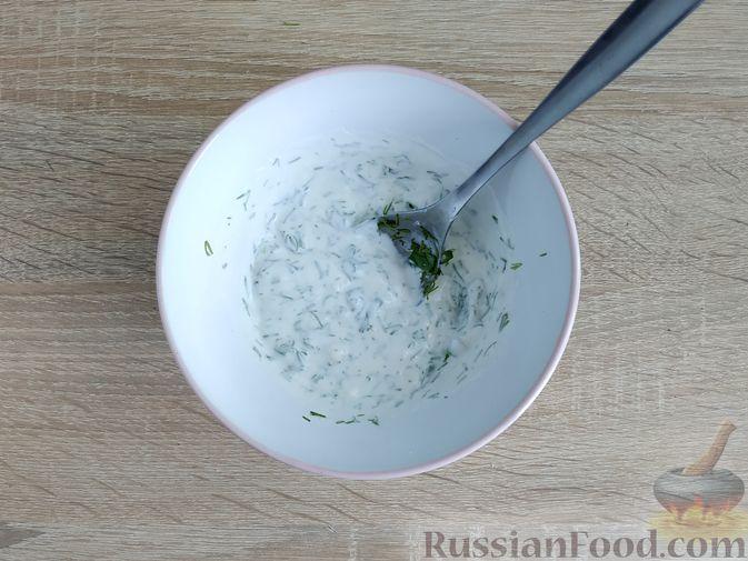 Фото приготовления рецепта: Кабачки, запечённые с помидорами, под сметанным соусом и сыром - шаг №10