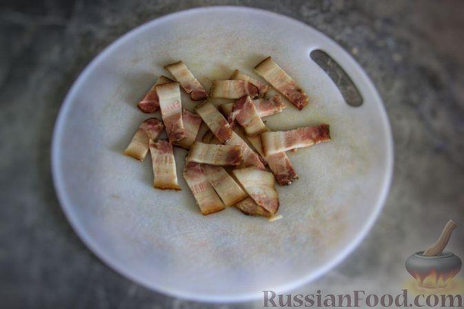Фото приготовления рецепта: Мясной салат с молодой картошкой, маринованными огурцами и горчичной заправкой - шаг №2