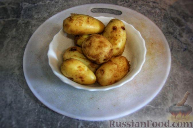 Фото приготовления рецепта: Мясной салат с молодой картошкой, маринованными огурцами и горчичной заправкой - шаг №6