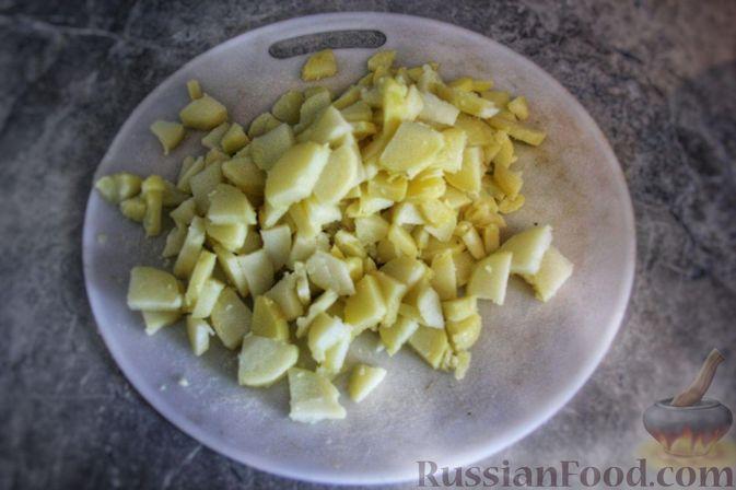 Фото приготовления рецепта: Мясной салат с молодой картошкой, маринованными огурцами и горчичной заправкой - шаг №7