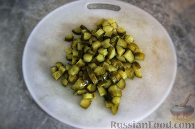 Фото приготовления рецепта: Мясной салат с молодой картошкой, маринованными огурцами и горчичной заправкой - шаг №8