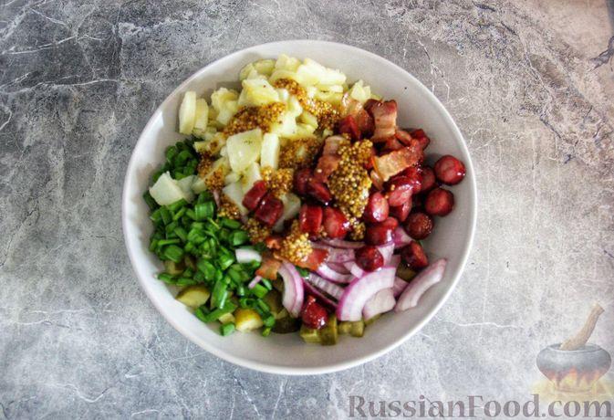 Фото приготовления рецепта: Мясной салат с молодой картошкой, маринованными огурцами и горчичной заправкой - шаг №12
