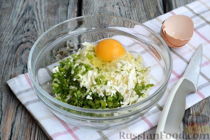 Фото приготовления рецепта: Горячие бутерброды с брынзой и зелёным луком (на сковороде) - шаг №3