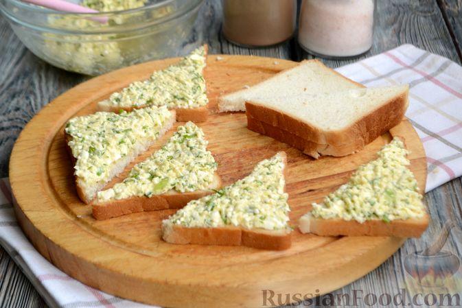 Фото приготовления рецепта: Горячие бутерброды с брынзой и зелёным луком (на сковороде) - шаг №5