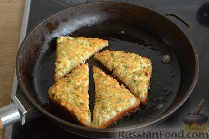 Фото приготовления рецепта: Горячие бутерброды с брынзой и зелёным луком (на сковороде) - шаг №7