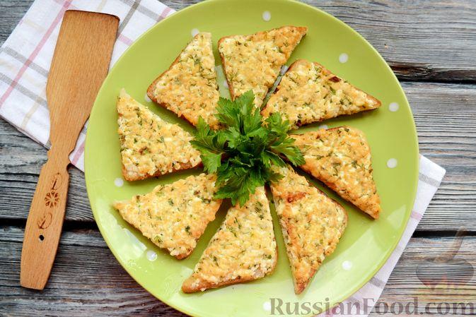 Фото приготовления рецепта: Горячие бутерброды с брынзой и зелёным луком (на сковороде) - шаг №8