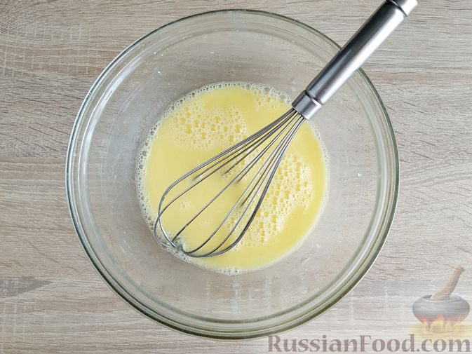 Фото приготовления рецепта: Оладьи с ветчиной и сыром - шаг №3