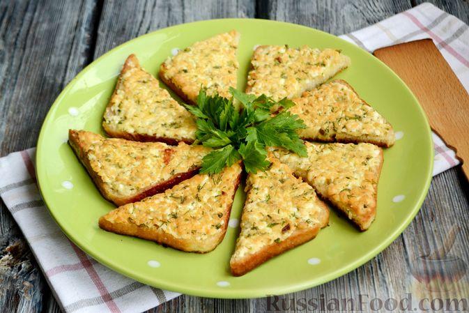 Фото приготовления рецепта: Горячие бутерброды с брынзой и зелёным луком (на сковороде) - шаг №10