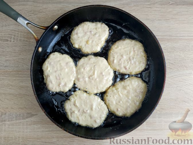 Фото приготовления рецепта: Оладьи с ветчиной и сыром - шаг №10