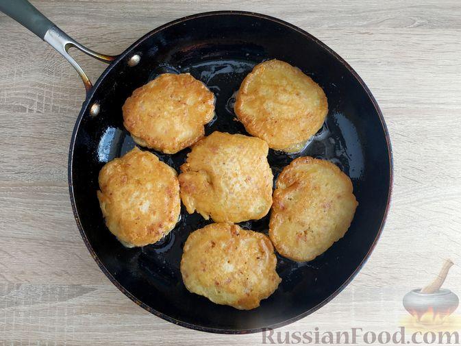 Фото приготовления рецепта: Оладьи с ветчиной и сыром - шаг №11