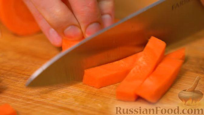 Фото приготовления рецепта: Хек, тушенный с морковью, луком и укропом - шаг №5