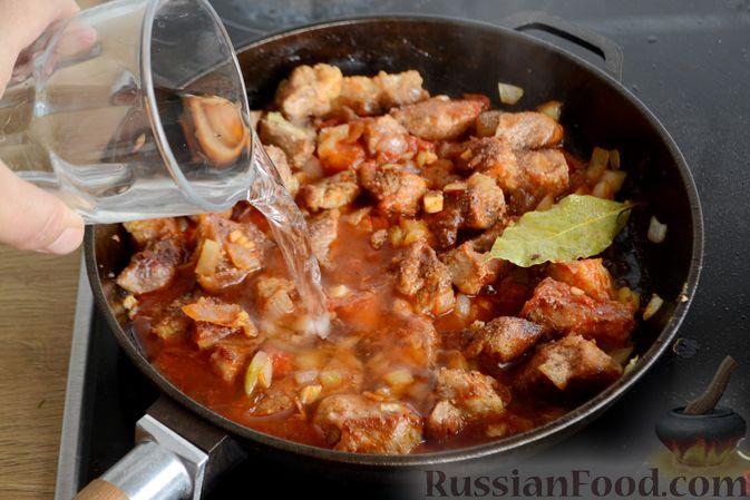 Фото приготовления рецепта: Гуляш из свинины, с черносливом - шаг №8