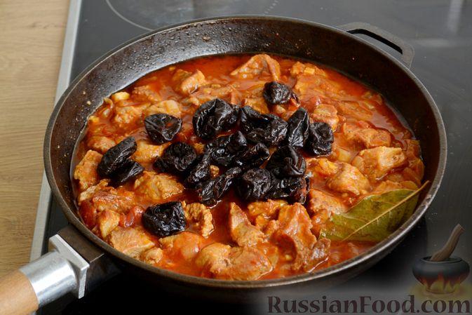 Фото приготовления рецепта: Гуляш из свинины, с черносливом - шаг №9