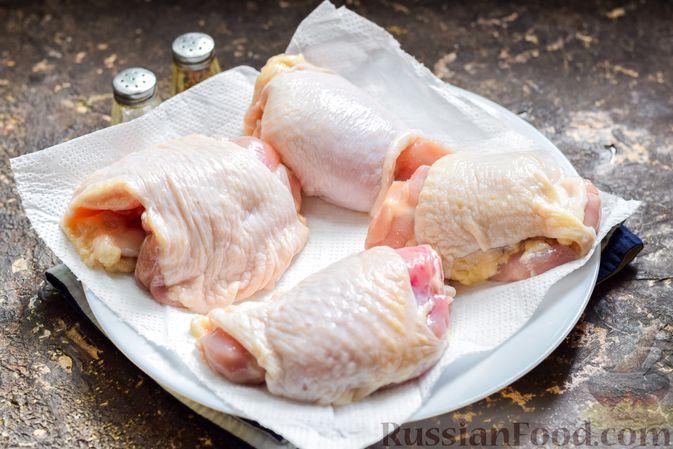 Фото приготовления рецепта: Куриные бёдрышки, тушенные в яблочном соке - шаг №2