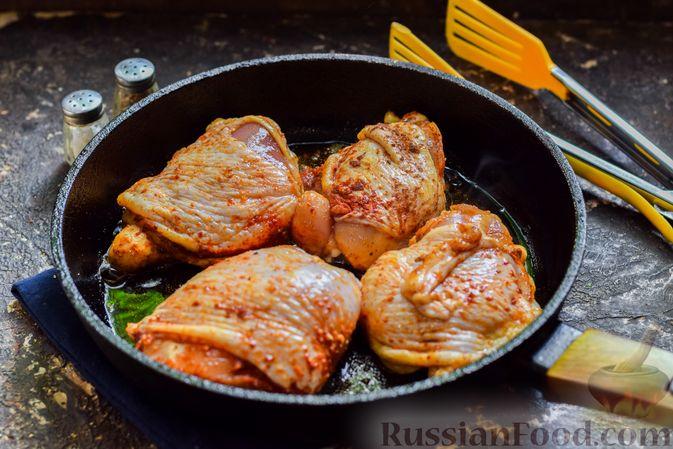 Фото приготовления рецепта: Куриные бёдрышки, тушенные в яблочном соке - шаг №5