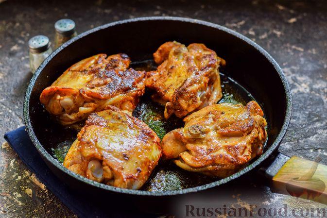 Фото приготовления рецепта: Куриные бёдрышки, тушенные в яблочном соке - шаг №6