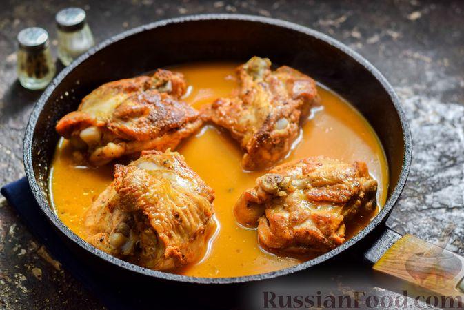 Фото приготовления рецепта: Куриные бёдрышки, тушенные в яблочном соке - шаг №9