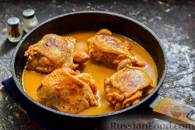 Фото приготовления рецепта: Куриные бёдрышки, тушенные в яблочном соке - шаг №10