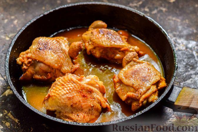 Фото приготовления рецепта: Куриные бёдрышки, тушенные в яблочном соке - шаг №11