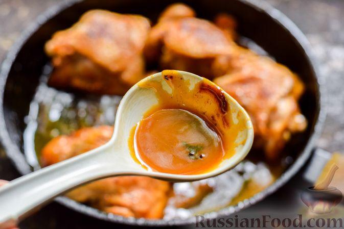 Фото приготовления рецепта: Куриные бёдрышки, тушенные в яблочном соке - шаг №12