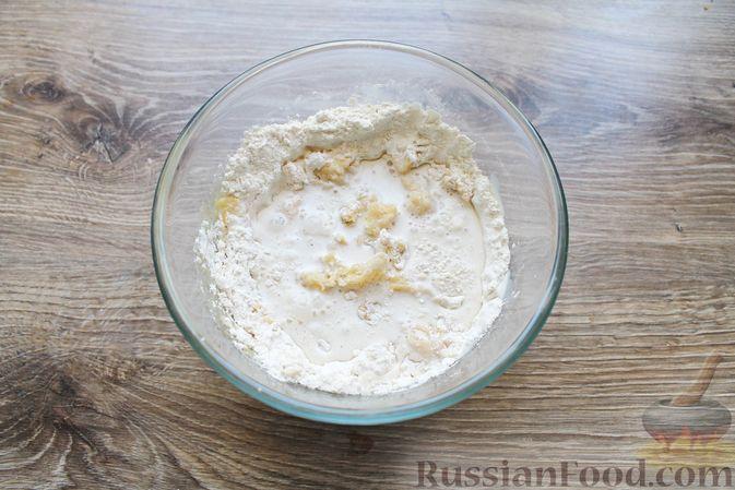 Фото приготовления рецепта: Дрожжевые бублики с кунжутом, с мясной начинкой - шаг №4