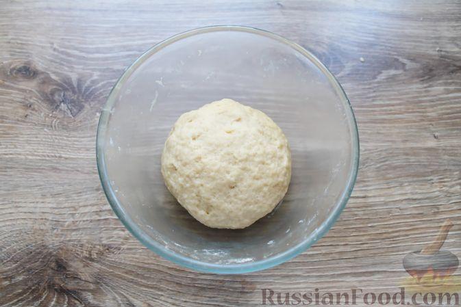 Фото приготовления рецепта: Дрожжевые бублики с кунжутом, с мясной начинкой - шаг №5