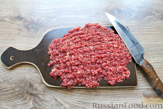 Фото приготовления рецепта: Дрожжевые бублики с кунжутом, с мясной начинкой - шаг №6