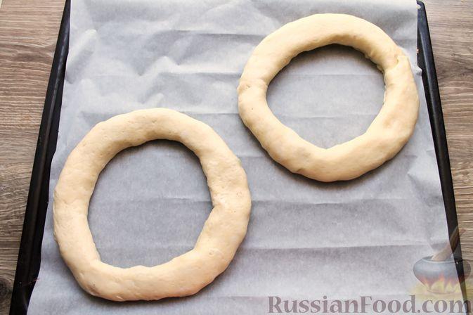 Фото приготовления рецепта: Дрожжевые бублики с кунжутом, с мясной начинкой - шаг №15