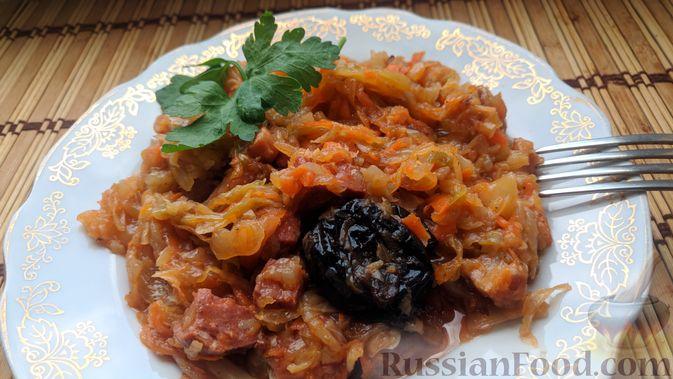 Фото к рецепту: Капуста, тушенная с копчёностями и черносливом