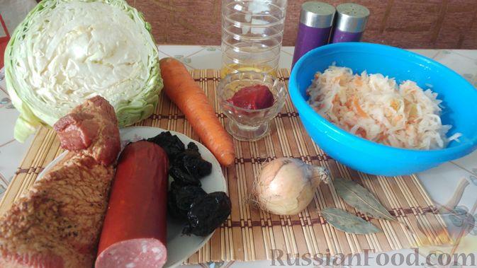 Фото приготовления рецепта: Капуста, тушенная с копчёностями и черносливом - шаг №1