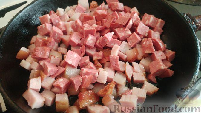 Фото приготовления рецепта: Капуста, тушенная с копчёностями и черносливом - шаг №8