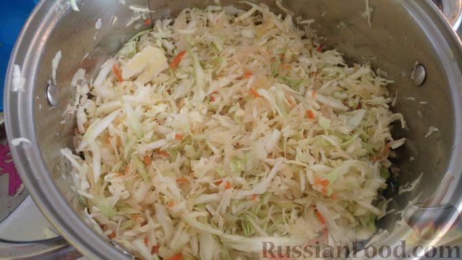 Фото приготовления рецепта: Капуста, тушенная с копчёностями и черносливом - шаг №5