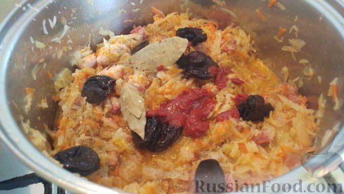 Фото приготовления рецепта: Капуста, тушенная с копчёностями и черносливом - шаг №12
