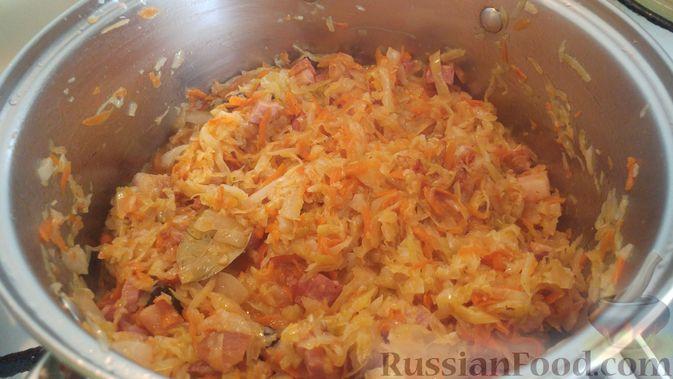 Фото приготовления рецепта: Капуста, тушенная с копчёностями и черносливом - шаг №13