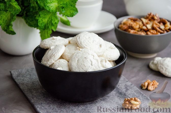 Фото к рецепту: Безе с орехами