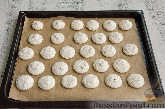 Фото приготовления рецепта: Безе с орехами - шаг №10