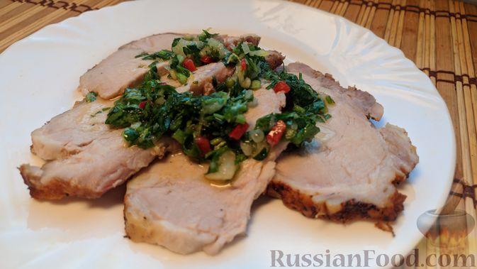 Фото к рецепту: Свинина, запечённая в рукаве, с соусом из чеснока, зелени и лимона