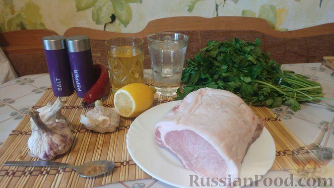 Фото приготовления рецепта: Свинина, запечённая в рукаве, с соусом из чеснока, зелени и лимона - шаг №1