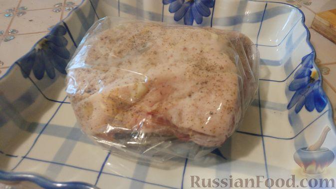 Фото приготовления рецепта: Свинина, запечённая в рукаве, с соусом из чеснока, зелени и лимона - шаг №5