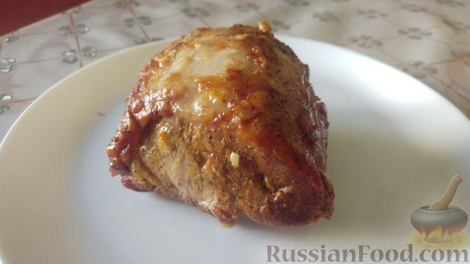 Фото приготовления рецепта: Свинина, запечённая в рукаве, с соусом из чеснока, зелени и лимона - шаг №7